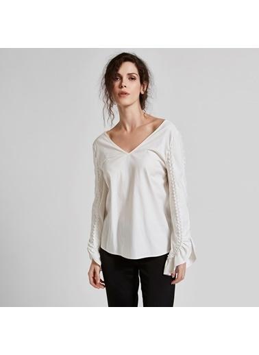 Vekem-Limited Edition Derin V Yakalı Sırt Dekolteli Kolları Fırfırlı Gömlek Beyaz